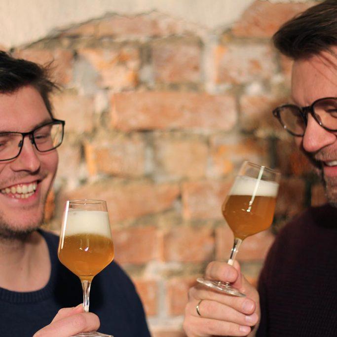 To personer smaker øl