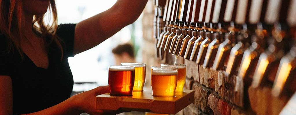 Øl tappes i glass