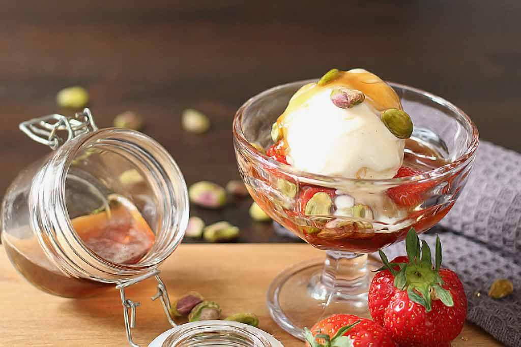 Jordbær, vaniljeis og ølsirup