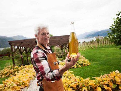 Mann holder flaske med cider