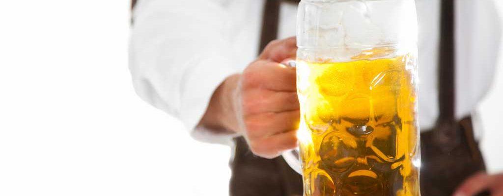 Øl serveres i Oktoberfest-kostyme