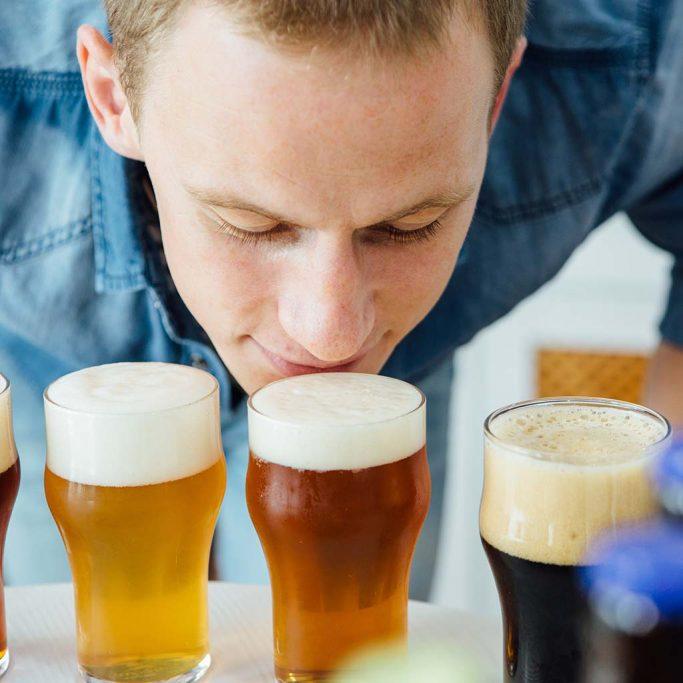 Mann som lukter på øl