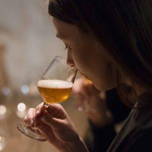 Dame som lukter på øl