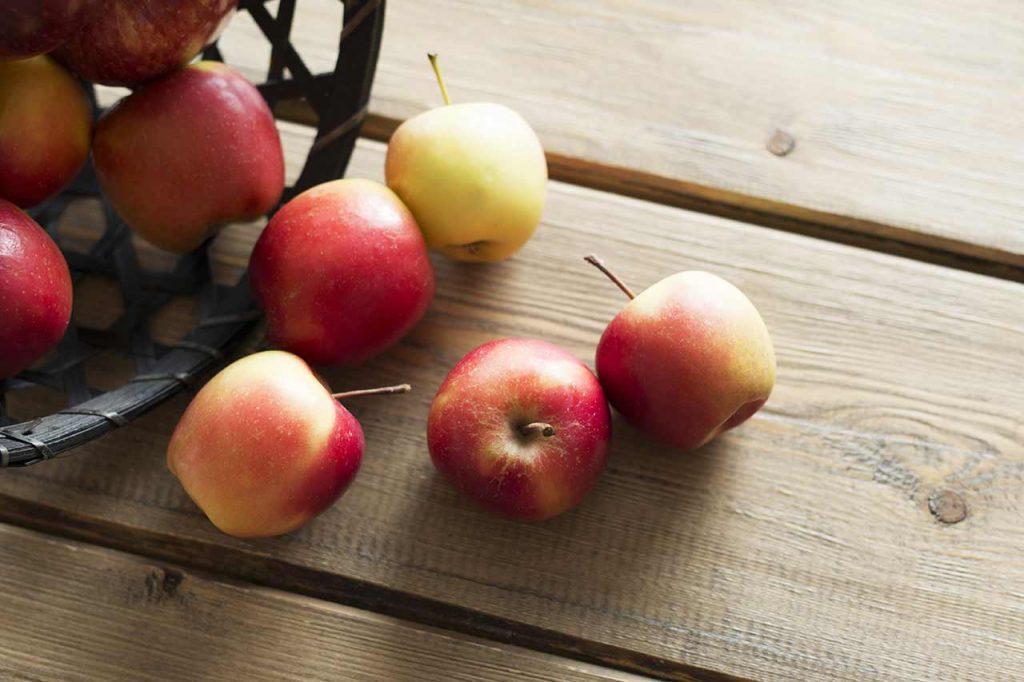 Epler faller fra en kurv.